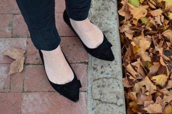 Pointed black bow pumps